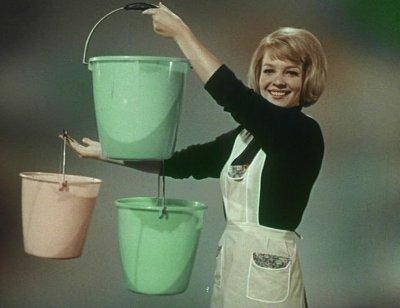 La zuppa del Demonio: Donna con secchielli