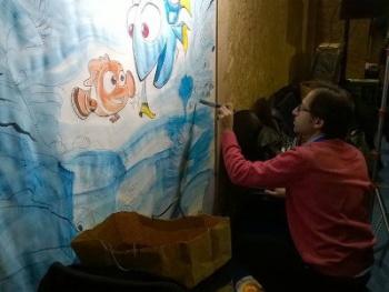 """Paco Desiato dipinge i personaggi di """"Alla ricerca di Dory"""""""